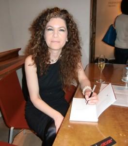 Mònica Soler signant llibres